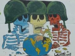 Cuba - Santa Clara - Sur la route pour se rendre au monument du Che, des artistes ont peint sur les murs. Le thème est Faisons la guerre à la guerre
