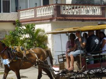 Cuba - Santa Clara - Les bus cotoient les charrettes