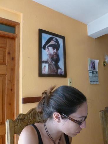 52. Le lendemain nous prenons notre petit-dej, avec les photos de famille Fidel a toute sa place dans le salon de nos hôtes