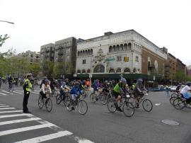 122. Sur Harlem au petit matin, nous assistons au marathon new-yorkais des bicyclettes