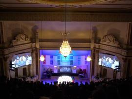 124. Son, lumières, publicités sur écran géant, prêche retransmis en direct à la tv... Welcome to the church 2.0 !