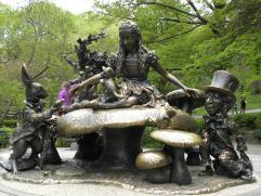 127. Sculpture d'Alice, du lapin blanc et du chapelier fou dans Central Park