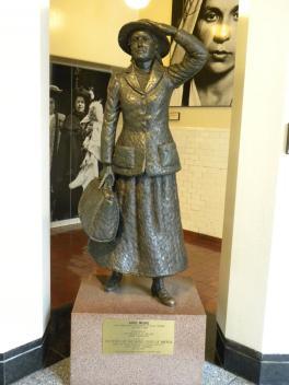 45. Statue d'Anne Moore, ou la 1ere immigrée d'Ellis Island