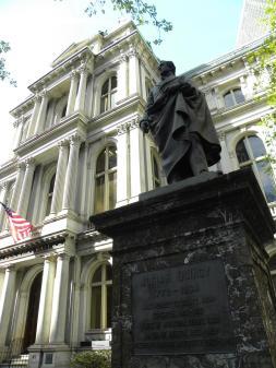 49. Statue devant la première école publique de Boston