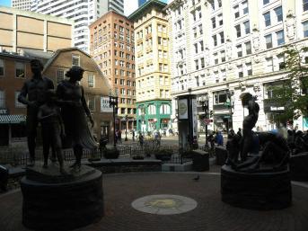 53. A droite les victimes de la famine contrastent avec à gauche la famille irlandaise prospère ayant immigré à Boston