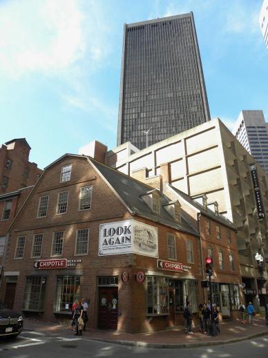 54. Old corner bookstore, maison de 1718 devenue librairie dès 1832, et restaurée depuis