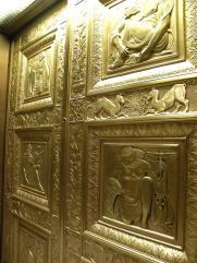 57. Modeste porte d'ascenseur dans l'immeuble