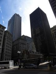 58. Le vieil et authentique bâtiment coincé entre d'immenses immeubles modernes