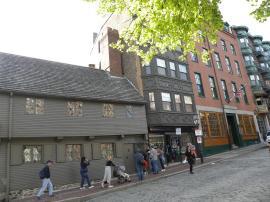64. La maison conservée de Paul Revere, sur la gauche