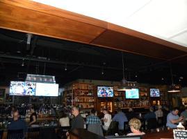 79. Le tout dans un authentique bar avec un match de baseball en fond, opposant les Blue Jays de Toronto aux Red Sox de Boston